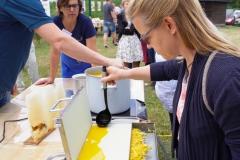 Gießen von Mittelwänden aus Bienenwachs (Foto: Marina Radcke)