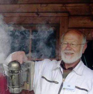 Siegfried Lück räuchert